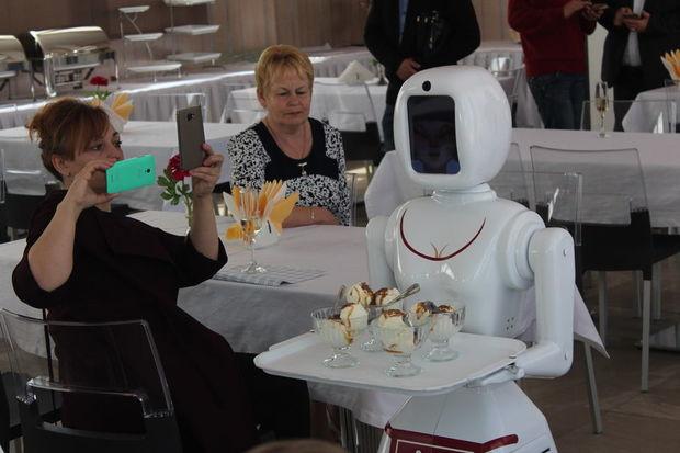İstanbul restoranında ofisiantları robotlar əvəzlədi